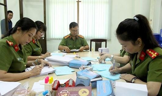 PC64 Công an TP HCM đang viết thư mời công dân đến nhận căn cước.