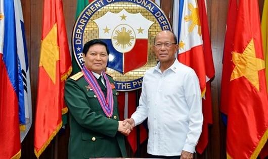 Đại tướng Ngô Xuân Lịch và Bộ trưởng Quốc phòng Philippines Delfin Lorenzana.