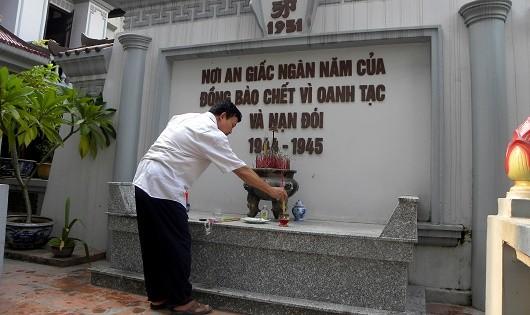 Biển Di tích trước khu tưởng niệm đồng bào bị chết đói.