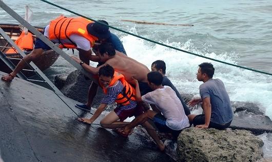 Bộ đội Hải quân vượt bão gió cứu nạn nhiều tàu cá
