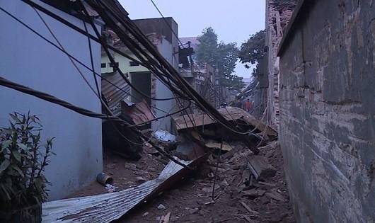 Hiện trường vụ nổ khiến nhiều ngôi nhà bị hư hỏng nặng.