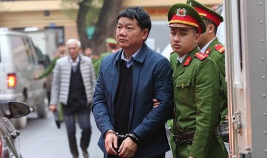 Bị cáo Đinh La Thăng được dẫn giải đến tòa. (Ảnh: TTXVN)