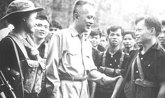 Chủ tịch Nguyễn Hữu Thọ với các chiến sĩ Quân giải phóng. (Ảnh tư liệu)