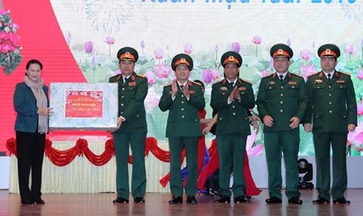 Chủ tịch Quốc hội Nguyễn Thị Kim Ngân tặng quà cán bộ, chỉ huy Quân khu 2.