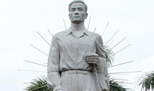 Tượng đài đồng chí Nguyễn Đức Cảnh tại TP.Thái Bình (tỉnh Thái Bình). Ảnh: T.C.A