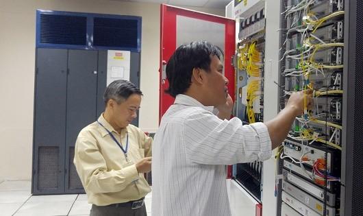 Các kỹ thuật viên của VNPT đang thực hiện thao tác mở rộng dung lượng mạng