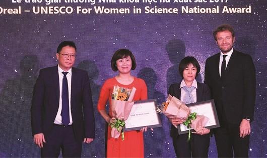 PGS.TS.Nguyễn Thị Hoài (bên phải) và TS. Trần Thị Ngọc Dung là hai nhà khoa học nữ xuất sắc nhận giải thưởng L'Oreal – UNESCO vì sự phát triển phụ nữ trong khoa học 2017.