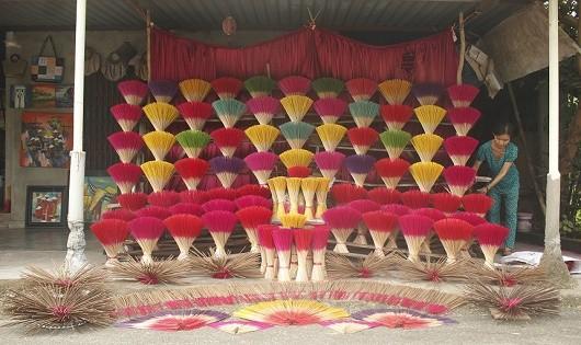 Chong và hương được trưng bày một cách bắt mắt.