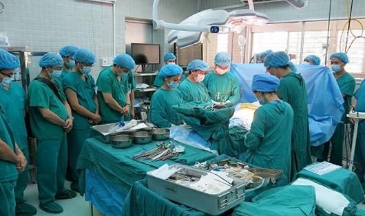 Các bác sỹ mặc niệm, cúi đầu bày tỏ trân trọng trước tấm lòng của người hiến tạng. (Ảnh bác sỹ cung cấp)