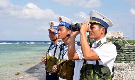 Tuần tra trên đảo Song Tử Tây. Ảnh: Quốc Việt
