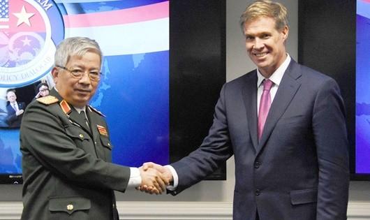 Thượng tướng Nguyễn Chí Vịnh và TS. Joseph H.Felter tại đối thoại quốc phòng Việt Nam - Hoa Kỳ năm 2017 trụ sở Lầu Năm Góc.