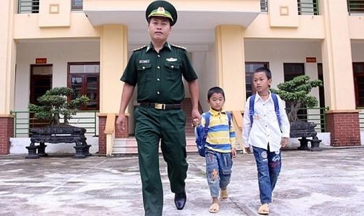 Thượng úy Giàng A Trú đưa anh em Khoa đến trường.