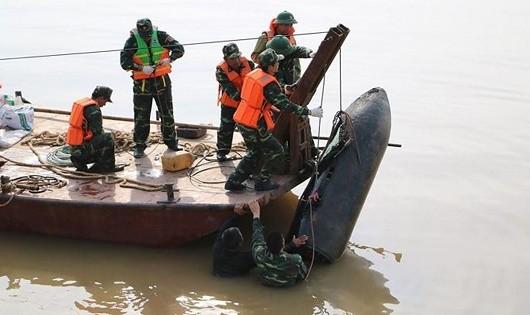 Cán bộ, chiến sĩ Trung tâm Công nghệ xử lý bom mìn xử lý quả bom dưới chân cầu Long Biên.
