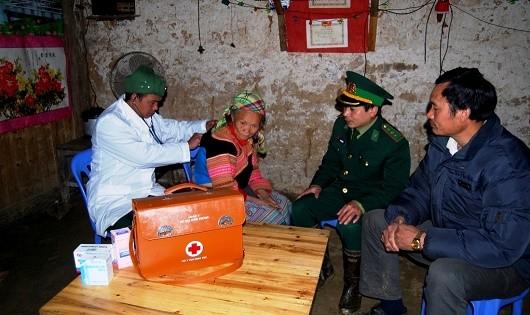 Quân y Đồn BP Pha Long đến nhà khám chữa bệnh cho người dân.