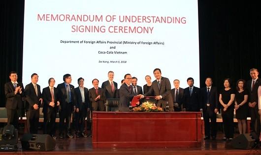 Công ty Coca Cola ký kết hợp tác tại Việt Nam.