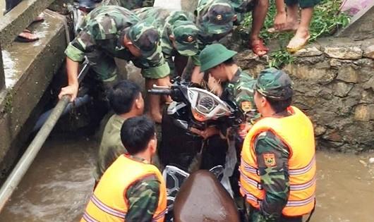 Cán bộ, chiến sĩ Đồn BPCKQT Lào Cai vớt xe cho chị Hoa bị lũ cuốn trôi 500m.