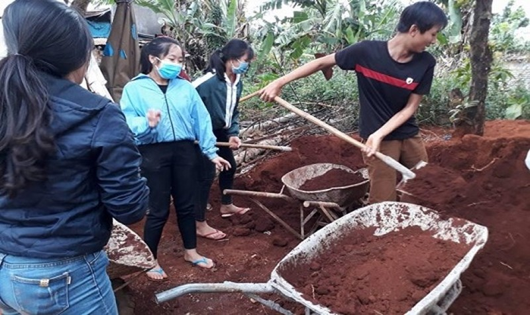 Cô trò trường Trường Chinh bắt tay vào xây chợ.