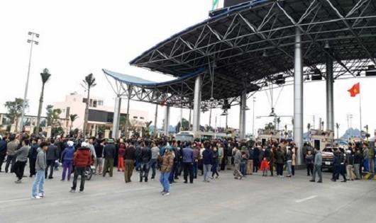 Người dân phản đối tại BOT Biên Cương
