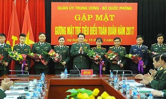 Thượng tướng Lương Cường - Bí thư T.Ư Đảng, Chủ nhiệm Tổng cục Chính trị tặng hoa cho 10 gương mặt trẻ tiêu biểu toàn quân 2017