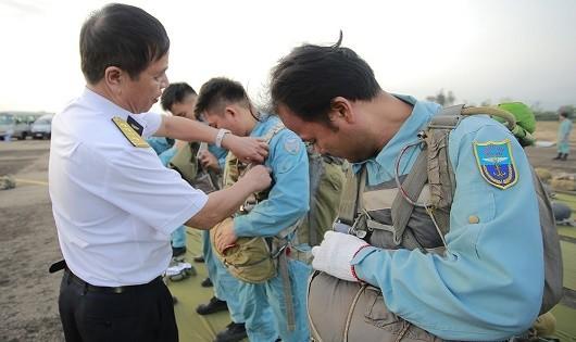Chỉ huy Lữ đoàn 954 kiểm tra dù của các quân nhân lần cuối trước khi lên máy bay.