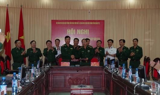 Lãnh đạo hai đơn vị ký kết hiệp đồng bảo vệ khu vực biên giới, vùng biển tiếp giáp năm 2018.