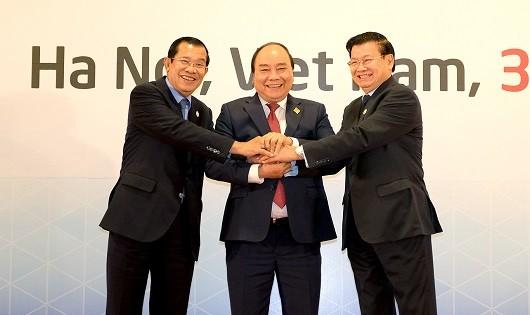 Thủ tướng Nguyễn Xuân Phúc cùng Thủ tướng Lào và Thủ tướng Campuchia.