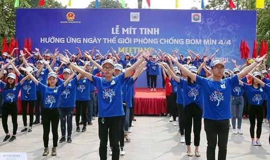 Các tình nguyện viên hưởng ứng Ngày Thế giới phòng chống bom mìn.