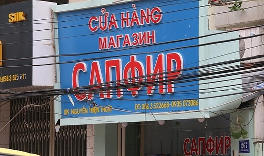 Một biển hiệu chữ nước ngoài ở Nha Trang mà người dân không hiểu chữ gì. Ảnh: Xuân Lê