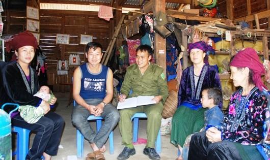 Công an xã Pú Xi (huyện Tuần Giáo, Lai Châu) tuyên truyền người dân không xuất cảnh trái phép.