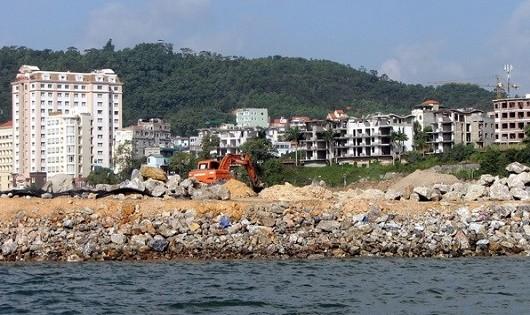 Thi công công trình lấn biển bên bờ Vịnh Hạ Long.