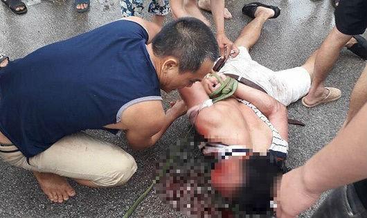Người đàn ông nghi bắt cóc cháu bé 9 tuổi bị người dân vây bắt, khống chế.