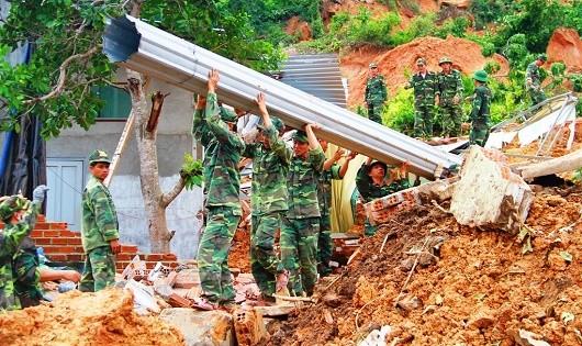 Bộ đội giúp dân khắc phục sự cố sạt lở đất.