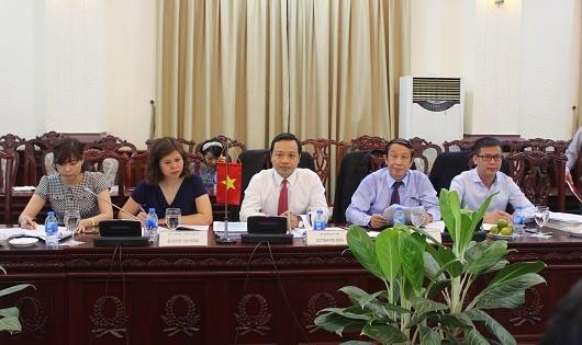 Thứ trưởng Bộ Tư pháp Trần Tiến Dũng cùng đại diện lãnh đạo Tổng cục THADS chia sẻ kinh nghiệm xây dựng Luật THADS với Đoàn công tác của Bộ Tư pháp Lào.