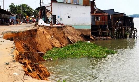 Tình trạng sạt lở đất nghiêm trọng dọc các con sông liên tục xảy ra ở ĐBSCL.
