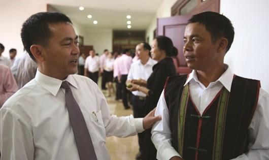 Phó Chủ tịch UBND tỉnh Gia Lai Nguyễn Đức Hoàng trao đổi với hộ vay vốn Ksor HPlô (thôn Hlil 1, xã Ia Mrơn, huyện Ia Pa) về sử dụng hiệu quả nguồn vốn vay chính sách