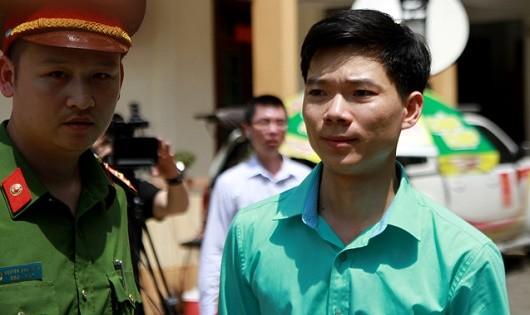 Bác sĩ Lương được lực lượng chức năng dẫn giải tới tòa.