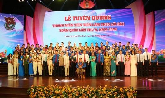 Lãnh đạo Đảng, Nhà nước chụp ảnh lưu niệm với các đại biểu thanh niên tiên tiến làm theo lời Bác.