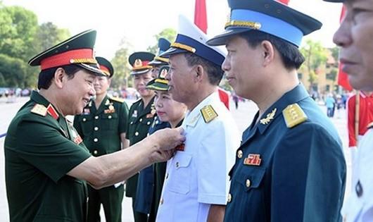 Trung tướng Lê Hiền Vân gắn Huy hiệu Bác Hồ tặng cán bộ, đoàn viên công đoàn tiêu biểu.