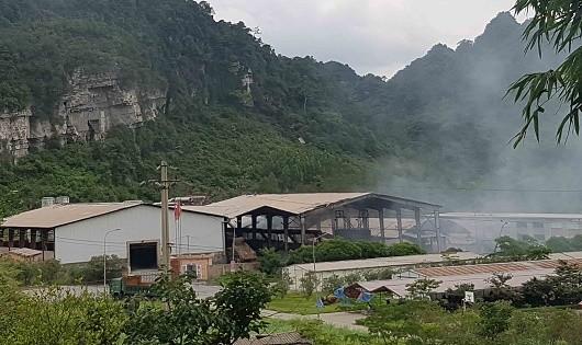 Khói bốc lên từ Nhà máy sản xuất chì của Cty Bắc Bộ.