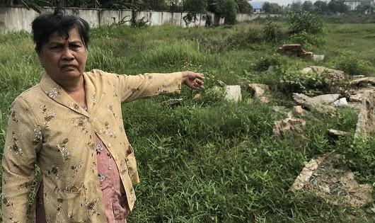 Bà Hường trên nền căn nhà nhỏ dựng để mưu sinh bị chính quyền cưỡng chế.
