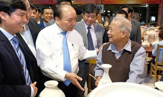 Thủ tướng Nguyễn Xuân Phúc thăm CTCP Gốm Chu Đậu, trò chuyện với nghệ nhân Hạ Bá Đĩnh.