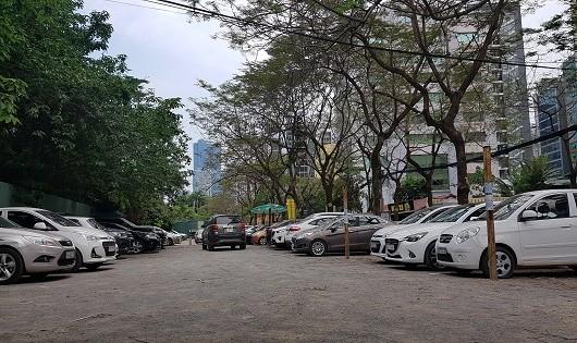 Một góc bãi trông giữ xe không phép tại ngõ 78 phố Duy Tân. (ảnh lớn)
