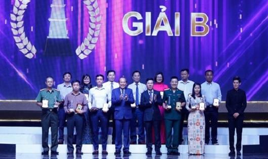 Phó Thủ tướng Thường trực Trương Hòa Bình và Trưởng ban Tuyên giáo T.Ư  Võ Văn Thưởng  trao Giải B cho các tác giả đoạt giải.