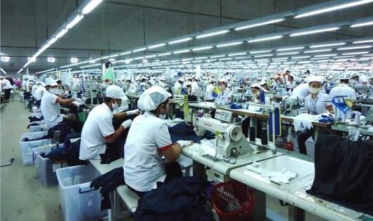 Người lao động trong những ngành nghề như dệt may, da giày, điện tử dễ phải đối diện với nguy cơ sa thải (ảnh minh họa)