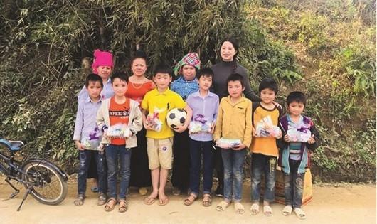 Chị Hoa thường xuyên có những chuyến làm từ thiện ở vùng cao và nhiều tỉnh thành trên khắp cả nước.