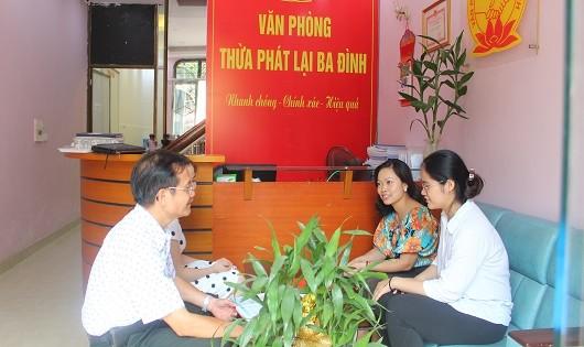 Trưởng Văn phòng Thừa phát lại Ba Đình trao đổi, tư vấn cho khách hàng.