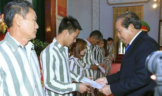 Phó Thủ tướng Thường trực  Trương Hòa Bình trao quyết định đặc xá cho các phạm nhân.
