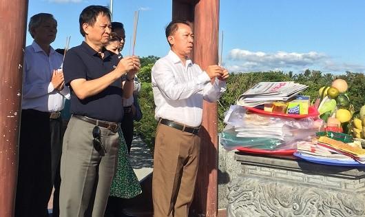 Tổng Biên tập Đào Văn Hội (phải) và Phó Tổng Biên tập Thường trực Đặng Ngọc Luyến dâng nhang tại Thành cổ Quảng Trị.