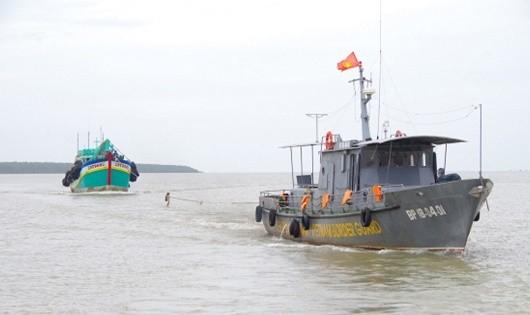 Tàu Hải đội 2, BĐBP Sóc Trăng lai dắt tàu cá BT 97869TS vào bờ.
