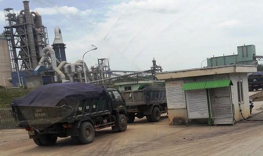 """Đoàn xe nối nhau đưa nguyên liệu từ """"mỏ đất"""" Vũng Nhựa vào nhà máy Xi măng Đồng Lâm"""